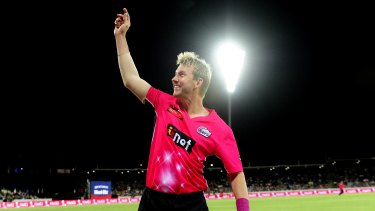 Brett Lee waving to the crowd in his farewell.
