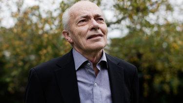 Award-winning journalist Les Carlyon has died aged 76.