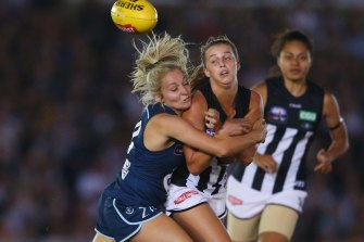 Sarah Hosking (left) in action against the Pies.