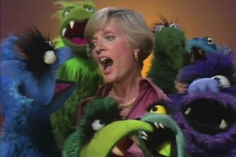 Florence Henderson sings Happy Together with a group of Frackles on The Muppet Show.