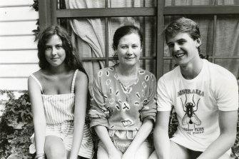 Louise, Valerie dan Tim di Pearl Beach pada tahun 1983.