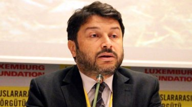 The chairman of Amnesty International Turkey has been released from jail but still faces terrorism charges.