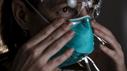 'Systemic flaws' in checking how masks fit exposes nurses to COVID-19