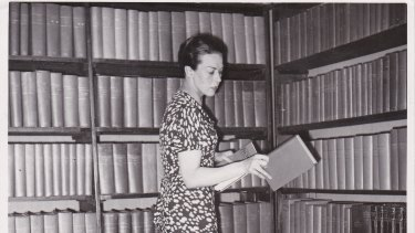 American Library in Paris director Dorothy Reeder categorising books in 1936.