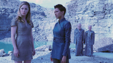 Melissa George as Vina and Sonequa Martin-Green as Commander Burnham in Star Trek: Discovery.