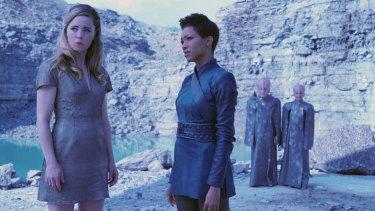 Melissa George as Vina and Sonequa Martin-Green as Commander Burnham in Star Trek: Discovery.