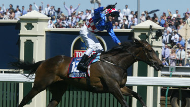 Makybe Diva wins her first Melbourne Cup in 2003