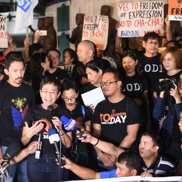 Ressa (holding a microphone) and fellow journalists campaigning for press freedom. Since 2018, Ressa, Rappler and its staff have faced 13 government investigations.
