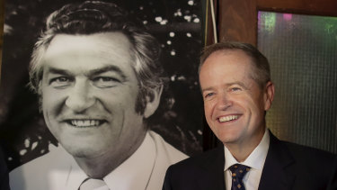 Opposition Leader Bill Shorten paid tribute to Bob Hawke with a beer at the former PM's favourite pub.