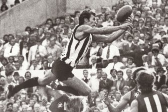 Phil Carman in action for the Pies in 1977. runthetan.net lists Carman as the footballer who has run the Tan in the quickest time.