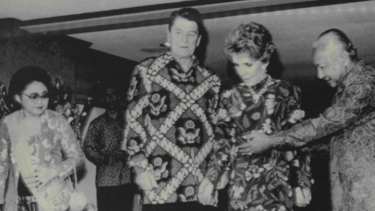 President Suharto of Indonesia directs US President Ronald Reagan and Nancy Reagan to take their places prior to a dinner in Bali in 1986.