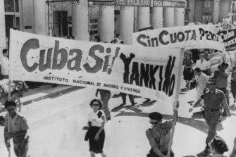 Las `` milicias populares '' cubanas marchan por La Habana al frente de una manifestación antiamericana el 10 de julio de 1960.