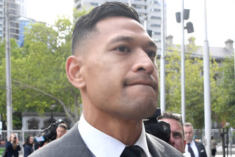 Israel Folau has signed a one-year deal with the Catalan Dragons in the English Super League after having his contract terminated by Rugby Australia last year.
