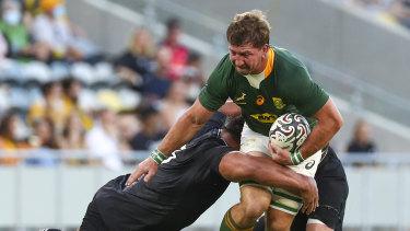 Quaka Smith de Sudáfrica está siendo abordado.