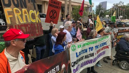 Scientists call for Zero Carbon Act as protesters picket energy ministers in Perth