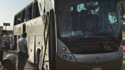 Explosion hits tourist bus near Egyptian pyramids