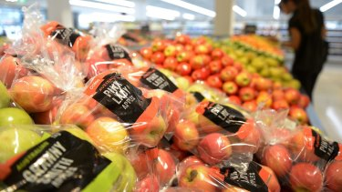 Australia's supermarkets will start stocking less visually appealing fruit to help struggling farmers.