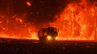 'Explosion of fire' forced firefighters to flee in Sydney's south-west