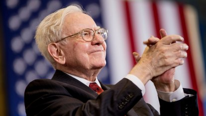 Warren Buffett says US fighting 'economic war,' urges Washington to step in
