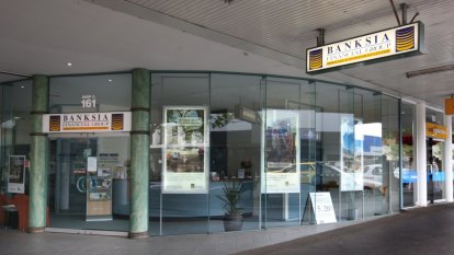 Top silk in middle of Banksia fees row