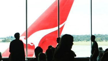 Federal Police called for Qantas to hand over travel details of a journalist as part of its probe into leaked documents.