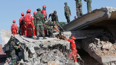 Rescuer teams search for victims in in Bangsal, North Lombok, after an earlier earthquake that hit on August 5.