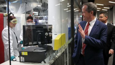 Bill Shorten inspecting renewable energy  research  at the University of NSW.