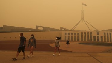 Thick smoke blankets Parliament House in Canberra.