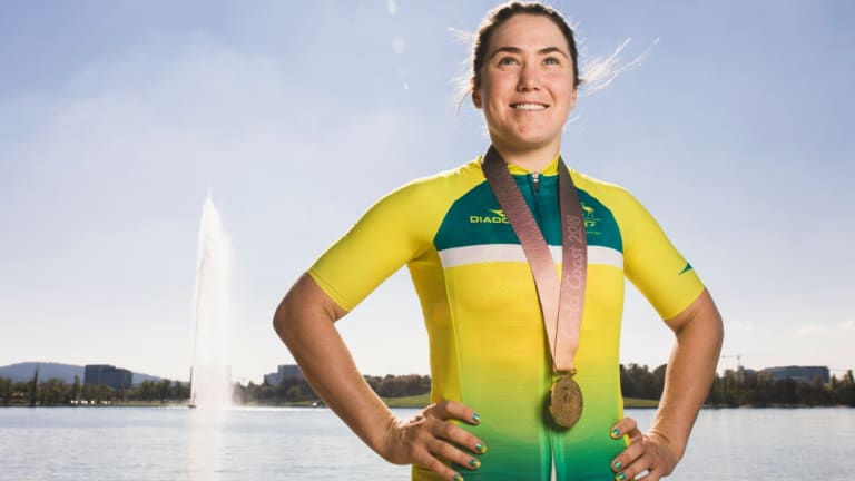 Commonwealth Games gold medalist Chloe Hosking has re-signed with her team Alè-Cipollini for another year.