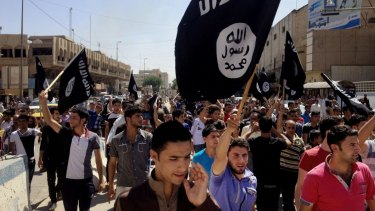 Demonstrators chant pro-IS slogans in the Iraqi city of Mosul in 2014.