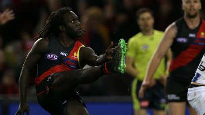 Three in a row for Bombers as they pip Roos in thriller