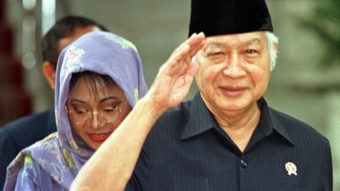 Former Indonesian president Suharto, right, salutes after announcing his resignation on May 21, 1998.