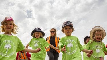 Allison Prasser, Director, and kids from the Lady Foster Kindergarten at Elwood beach.