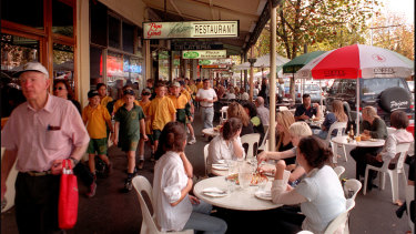 Diners outside Papa Ginos in Lygon Street, around Christmas time in 1999.
