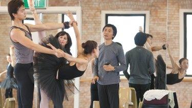 Li Cunxin instructs dancers.