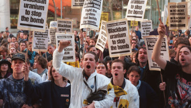 Anti-nuclear protestors show their anger at the French Consulate in Sydney. 6 September 1995. Photo by Glenn Shipley