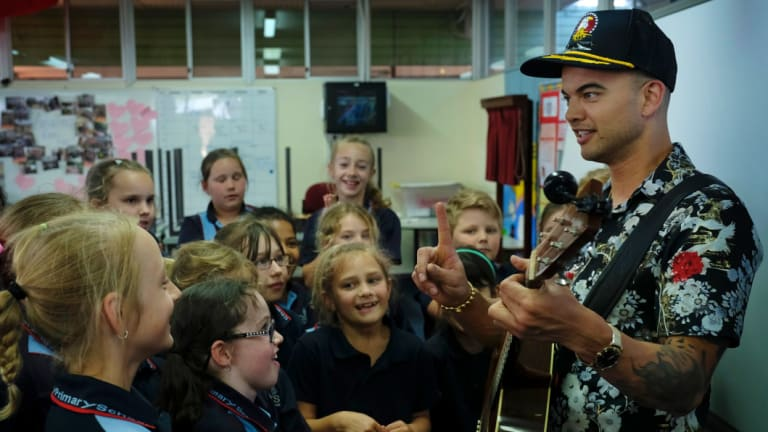 Guy Sebastian with the Challis Primary School students.