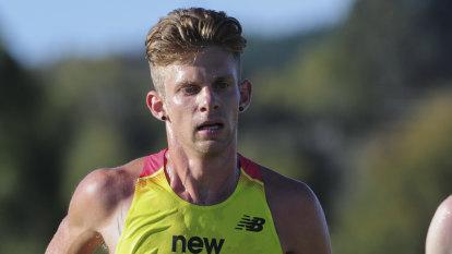 Brett Robinson running towards Tokyo marathon