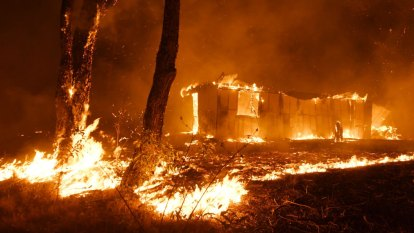 NSW fires LIVE updates: RFS continues to fight blazes across state, 'more than 300 homes' destroyed