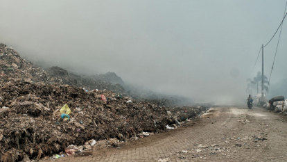 Bali waste dump fire rages for more than a day