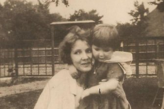 The English poet Elza de Locre, with her daughter.