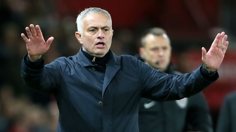 Attention: Mourinho gestures on the touchline.
