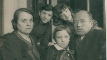 Sarah (front) in 1934 with mother Estera, brother Julek, sister Zosia and father Aron.