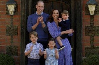 Digambarkan pada bulan April, keluarga Cambridges dan anak-anak mereka, Pangeran George, 7, Putri Charlotte, 5, dan Pangeran Louis, 3.