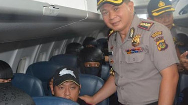 The Bali police chief posing for a photograph with condemned Australian prisoner, Andrew Chan, in 2015.