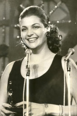 Maggie Tabberer with her Logie in 1971.