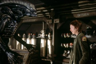 Veronica Cartwright as Lambert confronts the fully grown xenomorph in Alien (1979).