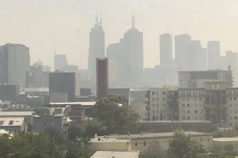 Smoke from the NSW bushfires reaches Melbourne's CBD.