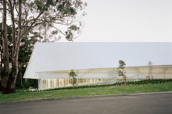 Located on a ridge on traditional Dharg Country, the school required a new sporting centre.