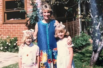 Heather (right) with her mother Di and younger sister Alli in 1986.